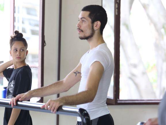 Ammanda Rosa e Luan Barcelos em Aula de Monica Kodato. Os dois aparecem de perfil em frente a uma barra preta. Foto de Gustavo Bernardes